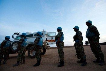 非盟-联合国混合维和行动的南非维和人员在北达尔富尔的一处流离失所者营地准备出发进行夜间巡逻。混合行动图片/Albert González Farran