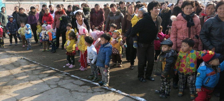 Дети со своими родителями в районе Чонрима, городе Нампо, КНДР.