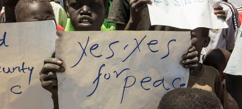 Niños piden paz en el campo de Protección de Civiles de Naciones Unidas en Malakal, Sudán del Sur. Foto: ONU/Isaac Gideon