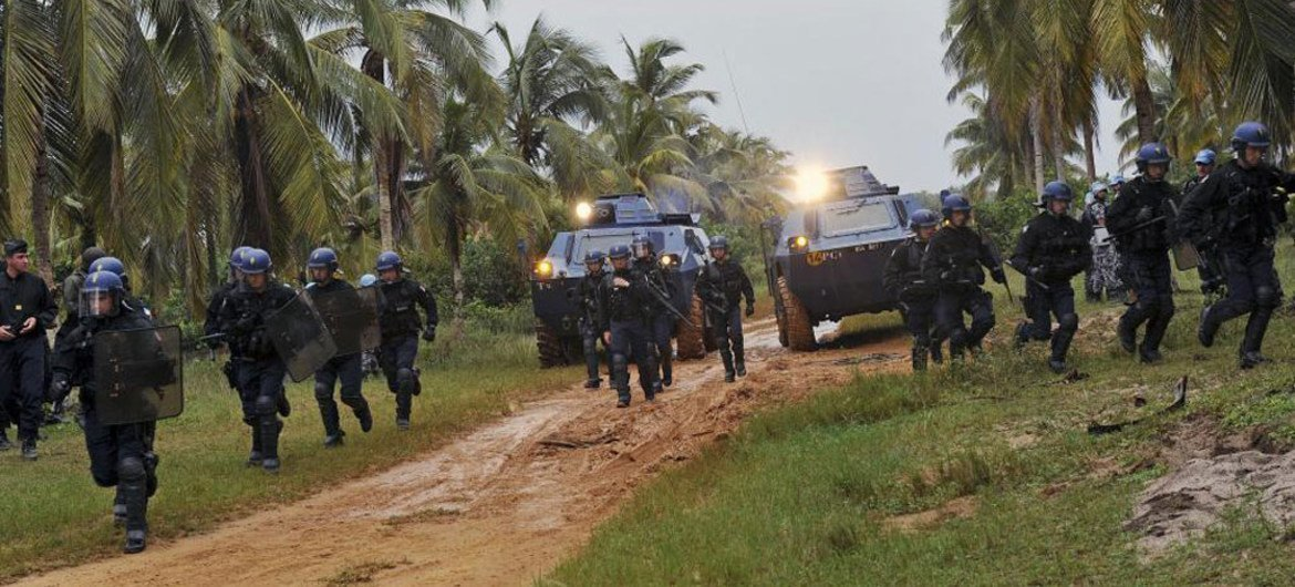 French forces from Opération Licorne (Operation Unicorn) and Jordanian Formed Police Units from the United Nations Operation in Côte d'Ivoire (UNOCI) conduct crowd control exercises near Grand Bassam, Côte d'Ivoire. Opération Licorne works in support of UNOCI.