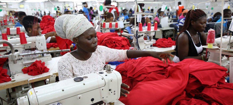加纳首都阿克拉的工人正在赶制海外客户的成衣订单。这家纺织工厂致力于改善劳资关系,提供高质量的免费餐食及医务室,并努力让提高工人的社会生活质量。