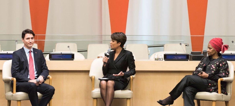 La journaliste américaine d'ABC News New York, Sade Baderinwa (centre) anime une discussion entre le Premier ministre du Canada, Justin Trudeau (gauche), et la Directrice exécutive d'ONU Femmes, Phumzile Mlambo-Ngcuka (droite), lors d'un évènement organisé au Siège de l'ONU, à New York. Photo : ONU / Mark Garten