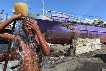 Мальчик  на  Филиппинах «принимает душ». Фото  Всемирного банка/Доминик Чавес