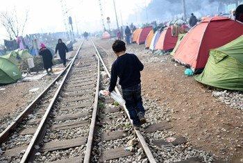En mars 2016, malgré les restrictions aux frontières dans les Balkans, le flux de réfugiés et de migrants à Idomeni, en Grèce, s'est poursuivi. Photo UNICEF/UN012804/Georgiev