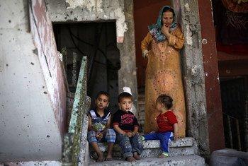 Niños sentados en la entrada de su casa destruida en Gaza. Foto de archivo: UNICEF/UNI188296/El Baba