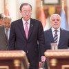 En Bagdad, el Secretario General de la ONU, Ban Ki-moon (centro), dio una conferencia de prensa acompañado por el presidente del Banco Islámico de Desarrollo, Ahmed Mohamed Ali Al-Madani (izq.), y el primer ministro de Iraq, Haider Al-Abadi. Foto: ONU/Mike Garten