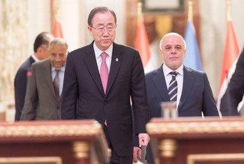 A Bagdad (de gauche à droite), le Président de la Banque islamique de développement, Ahmed Mohamed Ali Al-Madani, le Secrétaire général de l'ONU, Ban Ki-moon, et le Premier ministre d'Iraq, Haider Al-Abadi, arrivent à une conférence de presse. Photo ONU/Mark Garten