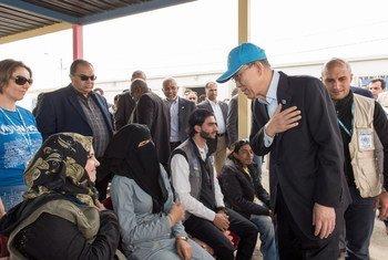 Le Secrétaire général Ban Ki-moon discute avec de jeunes réfugiés au camp de Zaatari, en Jordanie. Photo ONU/Mark Garten