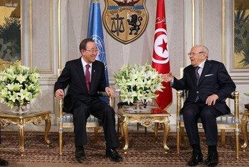 El Secretario General de la ONU, Ban Ki-moon (izq.), junto al presidente de Túnez, Beji Caid Essebsi, hoy en el palacio presidencial de Cartago. Foto: Dominic Chavez/Banco Mundial