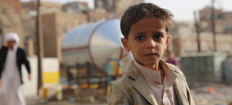 صبي يبلغ من العمر ست سنوات يحصل على المياه بأحد أحياء صنعاء. مكتب تنسيق الشؤون الإنسانية/Charlotte Cans