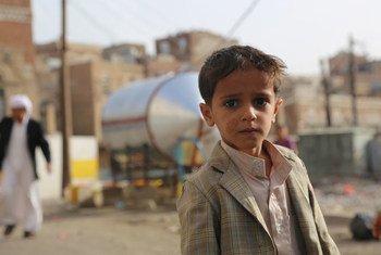 Un petit garçon âgé de six ans vient récupérer de l'eau dans un quartier de la capitale du Yémen, Sanaa. Photo OCHA/Charlotte Cans