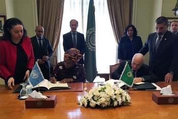 In Cairo, Special Representative on Sexual Violence in Conflict, Zainab Hawa Bangura (left), and Nabil el-Araby, Secretary-General of the League of the Arab States (right), sign agreement of cooperation.