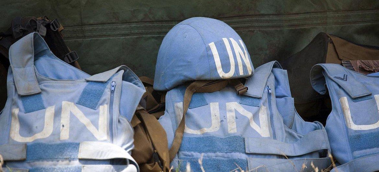 Un casque et des gilets de protection de Casques bleus. Photo ONU/Marie Frechon