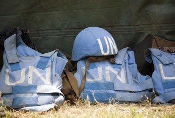 Un casque et des gilets de protection de Casques bleus.