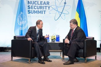 Пан Ги Мун и Петр Порошенко на Саммите по ядерной безопасности в Вашингтоне Фото ООН/Эскиндер Дебебе