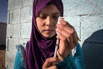 رغد التي تعيش في مخيم للاجئين في الأردن، تعاني من النوع الأول من داء السكري، وتتطلب جرعة يومية من الأنسولين. ولكنها تجد صعوبة في الحفاظ على برودة الأنسولين في الصيف مع توفر الكهرباء لوقت محدود في المخيم.