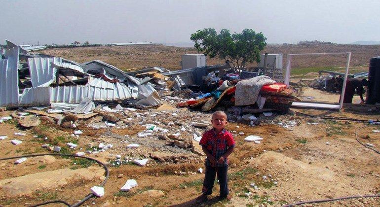 Niño beduino frente a viviendas demolidas por Israel en Cisjordania.
