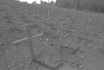 """卢旺达首都基加利尼安扎村一处墓地上的木制十字架。1994年卢旺达大屠杀期间,该村有一万多人被烧死。联合国大会从2003年起将每年的4月7日定为""""反思卢旺达大屠杀国际日""""。"""