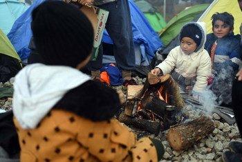 移徙者在希腊和前南马其顿共和国边界的艾多梅尼地区宿营。儿基会/Tomislav Georgiev