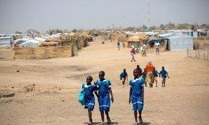 Des enfants réfugiés nigérians au camp de réfugiés de Minawao, dans le nord du Cameroun. Photo UNICEF/Karel Prinsloo