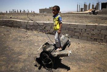 Un garçon joue sur un morceau d'obus, qui a explosé près de son domicile, dans le village d'Al Mahjar, dans la périphérie de la capitale Sanaa, au Yémen (photo archives). Photo : UNICEF / Mohamed Hamoud