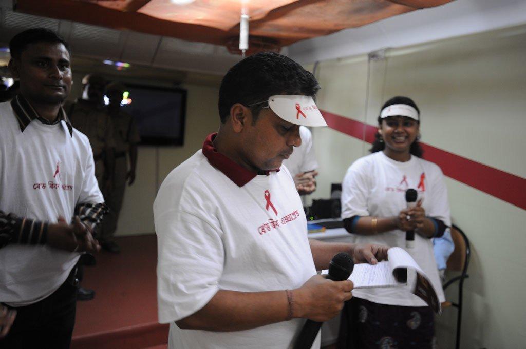 Quand Anil Agarwal, 43 ans, a appris qu'il était séropositif, il est tombé dans une profonde dépression. Mais après s'être impliqué dans la sensibilisation au VIH et en aidant les autres à se protéger, il a pu voir au-delà de ses propres problèmes.