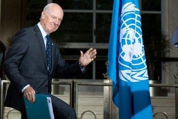 L'Envoyé spécial du Secrétaire général de l'ONU pour la Syrie, Staffan de Mistura, lors d'une conférence de presse sur les pourparlers intra-syriens organisés à Genève en avril 2016. Photo ONU/Jean-Marc Ferré (archive)