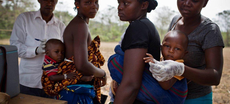 Wazazi wakiwa na uhakika wa tiba na chanjo kwa watoto wao, nao pia wanaweza kushiriki kwenye shughuli za kujikwamua kiuchumi. Hapa ni Sierra Leone watoto wakipatiwa chanjo dhidi ya Polio.