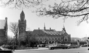 Дворец мира в  Гааге, где расположен  Международный  Суд  ООН,  1957 год.  Фото ООН