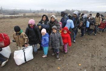Des réfugiés et migrants attendent d'entrer dans un centre accueil en Serbie, à la frontière avec l'ex-République yougoslave de Macédoine, en 2016.