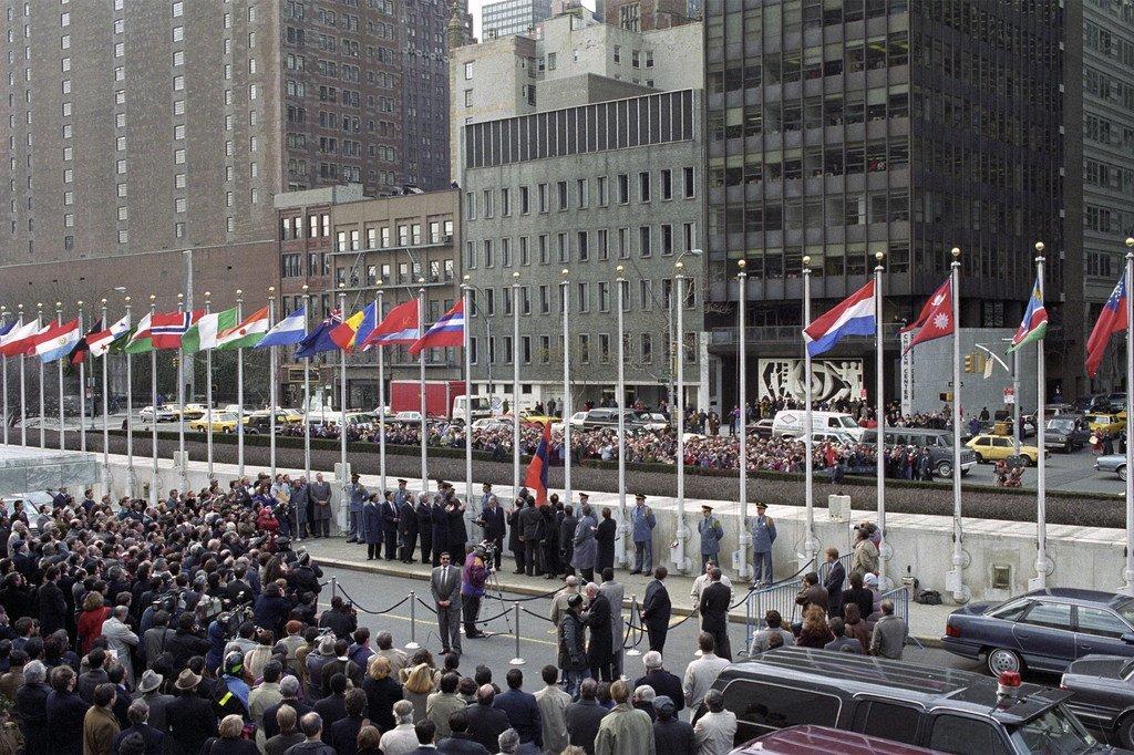1992年3月l联合国纽约总部举行升旗仪式,欢迎摩尔多瓦、哈萨克斯坦、吉尔吉斯斯坦、阿塞拜疆、乌兹别克斯坦、塔吉克斯坦、土库曼斯坦、亚美尼亚和圣马力诺9个国家加入联合国。其中,土库曼斯坦被联合国确认为永久中立国。
