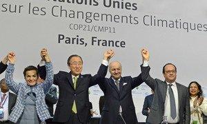 时任联合国秘书长潘基文(左二)、《气候变化框架公约》秘书处执行秘书菲格雷斯、时任法国外长法比尤斯以及法国总统奥朗德共同庆贺《巴黎协定》的通过。