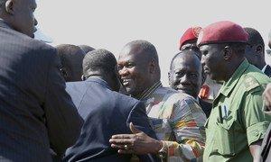 Riek Machar (au centre) arrive à l'aéroport de Juba pour sa prestation de serment en tant que Premier Vice-président du Soudan du Sud. Photo MINUSS/Isaac Billy
