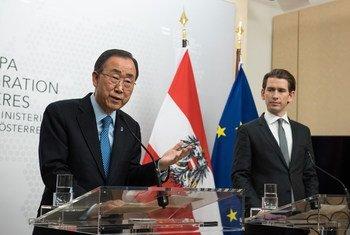 潘基文同奥地利外长库尔茨举行记者会资料图片。联合国/Nikoleta Haffar