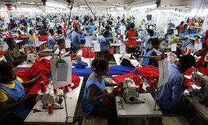 Trabajadores en una fábrica de camisas en Accra, Ghana. Foto: Banco Mundial/Dominic Chavez