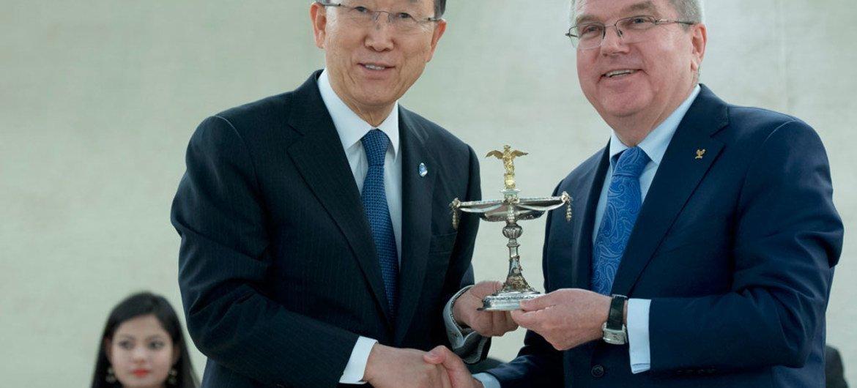 Президент Международного олимпийского комитета Томас Бах вручает Пан Ги  Муну Олимпийский кубок.  Фото ООН