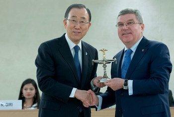 潘基文秘书长与国际奥委会主席。联合国图片/Jean-Marc Ferré