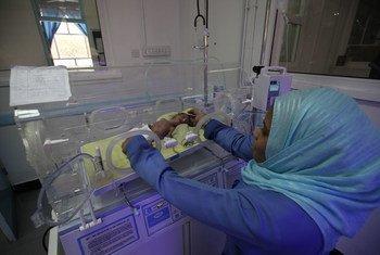 Une infirmière prenant soin d'un nourisson dans un incubateur de l'hôpital Al-Sabeen à Sanaa. Les hôpitaux et les cliniques au Yémen ont été paralysés par la guerre. Ils ont été soit attaqués, soit en manque de fournitures médicales et d'alimentation en fuel, ou bien les équipes médicales ont été forcées de fuir.