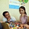 Посол доброй воли ЮНИСЕФ, актер Орландо Блум  играет  со школьниками в Славянске во время визита на восток Украины. Фото ЮНИСЕФ/Георгиев