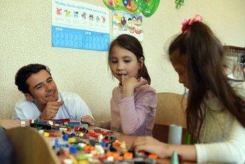L'Ambassadeur de bonne volonté de l'UNICEF, Orlando Bloom, joue avec des enfants dans une école à Slovyansk, dans le cadre d'une visite en Ukraine. Photo UNICEF/UN017899/Georgiev