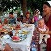 Фермерская семья в Кыргызстане за столом во время обеда.