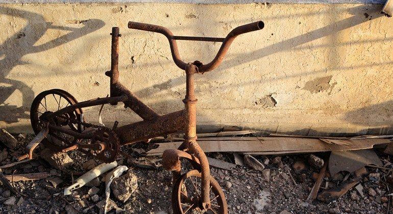 Una bicicleta dañada por el fuego en el balcón de un tercer piso, en un edificio destruido del noroeste de la ciudad de Misrata, Libia.