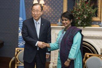 Ban Ki-moon y la presidenta de la República de Mauricio, Ameenah Gurib-Fakim.Foto: ONU/Mark Garten