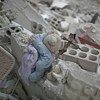 لعبة طفل وسط أنقاض مبنى مدمر في  شرق الغوطة، ريف دمشق