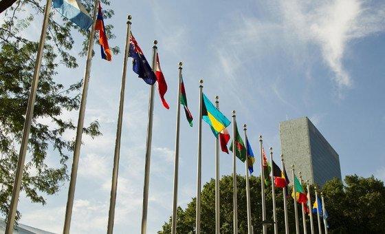 Drapeaux devant le siège de l'ONU à New York.