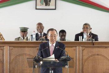 Ban Ki-moon se dirige a los legisladores en Madagascar. Foto: ONU/Mark Garten