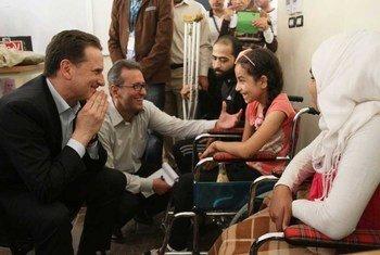 近东巴勒斯坦难民救济和工程处主任专员克雷恩布尔(Pierre Krähenbühl)看望在叙利亚的巴勒斯坦难民儿童。