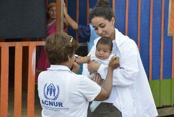 Trabajadores de ACNUR atienden a Iván, un bebé de 3 meses, en el albergue de Chami Ruru, que acoge a unas 35 familias de la comunidad indígena Embera Chami desplazadas por el conflicto en Colombia. Foto: ACNUR/Sebastian Rich