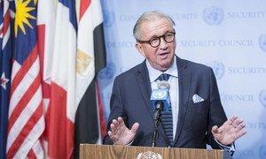 L'Envoyé spécial Terje Roed-Larsen devant la presse. Photo ONU/Manuel Elias