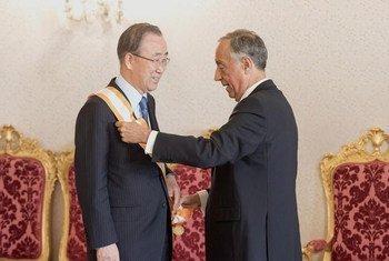 "President Marcelo Rebelo de Sousa of Portugal (right) presents the ""Order of Liberty"" medal to Secretary-General Ban Ki-moon."